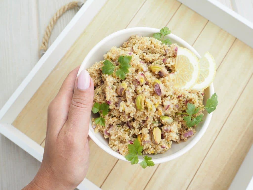 Sitruunainen pistaasi-kvinoasalaatti